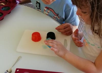 Kinder stellen in einem Workshop zuhause Seifen mit integriertem Spielzeug her. (Frankreich)