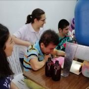 Junge Behinderte in Latakia (Syrien) verpacken Flaschen mit flüssiger Aleppo-Seife (aufgenommen von einem Erzieher der Werkstatt für die Integration von Behinderten (Syrien)
